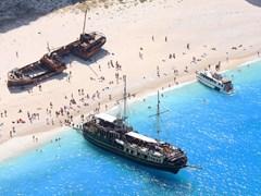 Пляж Навагио с туристами и кораблекрушением, Закинф, Греция
