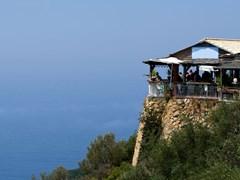 Греческая таверна на острове Корфу расположенна на скале