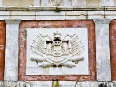 Герб на старой крепости при въезде в город Корфу, Греция