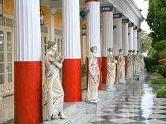 Скульптуры у основания Ахиллионского дворца, Корфу