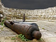 Орудия в старой крепости Корфу, Греции
