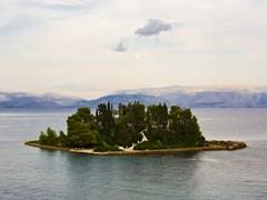 Понтикониси, Мышиный остров, недалеко от Корфу, горы Албании на заднем плане