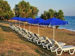 Голубые зонтики на пляже, о. Кос
