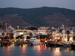 Обычные деревянные лодки в порту города Кос, Бар-стрит за лодками, центр ночной жизни туристического города на острове Кос Греция