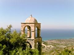 Одинокая колокольня расположена в дальнем углу острова Кос