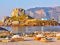 Вид на церковь на небольшом остров Кастри с острова Кос