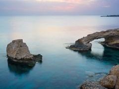 Каменная арка и скалы в море после захода солнца возле Айя-Напа ... 03949129ba6b0