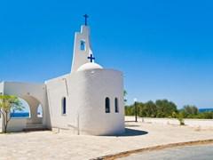 Маленькая белая церковь на берегу моря. Остров Самос, Греция