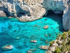 Панорамный вид на пляж Крифо и пещер на Кери, Закинф, Греция.