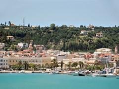 Панорамный вид на порт и город Закинф, Греция.