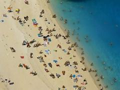 люди на пляже кораблекрушения на острове Закинф, Греция