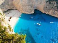 Пляж с кораблекрушением с прекрасным белым песком и бирюзовой водой в Закинф, Греция