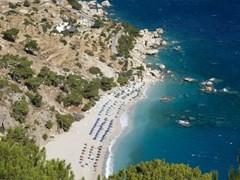 Карпатос - пляж Апелла в сентябре. Пляж находится в живописной бухте и имеет прекрасный белый песок и синее чистое море - Греция